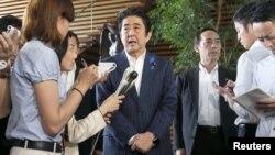 아베 신조 일본 총리가 3일 총리 관저에서 북한에 대한 독자적인 제재 중 일부를 해제하기로 했다고 밝혔습니다.