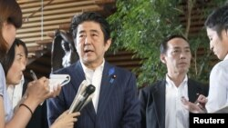 PM Jepang Shinzo Abe memberikan keterangan kepada media di rumah kediamannya di Tokyo (3/7).