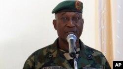Jurubicara Departemen Pertahanan Nigeria Olukolade berbicara dalam sebuah konfrensi pers (5/6) sesudah patroli keamanan di kamp militan Boko Haram di Maiduguri, Nigeria.