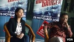 Livi Zheng (kiri) dan Prof. Mahfud M.D. di kampus Universitas Islam Indonesia Yogyakarta, Selasa (10/11) usia berbagi kiat sukses di Hollywood (VOA/Munarsih).