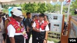 Wakil Menteri PUPR, Jhon Wempi Wetipo saat meninjau perkembangan rehabilitasi dan rekonstrusi Bendung Irigasi Gumbasa di Sigi, Sulawesi Tengah (25/11). (Foto: VOA/Yoanes Litha)
