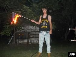 Ancienne photo de Dylann Roof brûlant le drapeau américain trouvée sur des sites nazis.
