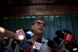 James Hamilton habla con la prensa después de una reunión con el prelado católico español Jordi Bertomeu sobre el abuso sexual cometido por el párroco Fernando Karadima, en Santiago de Chile, el miércoles 21 de febrero de 2018.