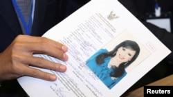 Pemimpin Partai Raksa Chart Preechapol Pongpanich, memegang aplikasi Kandidat Perdana Menteri Thailand, Puteri Ubolratana Rajakanya Sirivadhana Barnavadi, di kantor Komisi Pemilihan Umum di Bangkok, Thailand, 8 Februari 2019. (Foto: dok).