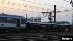 Kereta yang keluar jalur di stasiun Bretigny-sur-Orge dekat Paris (12/7). (Reuters/Gonzalo Fuentes)