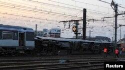 Petugas tengah memeriksa kerusakan yang disebabkan oleh anjloknya gerbong kereta di stasiun Bretigny-sur-Orge dekat Paris (12/7). Sedikitnya enam orang dilaporkan tewas dalam insiden ini.