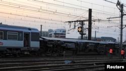 Empleados del ferrocarril trabajan en el área donde se produjo el accidente en la estación de Bretigny-sur-Orge.