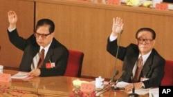图为退居二线的乔石1997年9月18日与时任中国最高领导人江泽民在中共十五大上