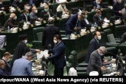 Anggota Parlemen Iran memberikan suara mereka selama mosi percaya di kabinet Presiden Ebrahim Raisi, di Majelis Permusyawaratan Islam di Teheran, Iran 25 Agustus 2021. (Foto: Majid Asgaripour/WANA via REUTERS)