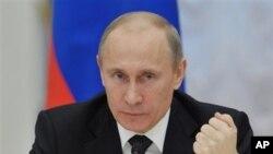 13일 모스크바 크렘린궁에서 러시아 의회 고위 관계자들을 소집하여 발언하는 블라드미르 러시아 푸틴 대통령.