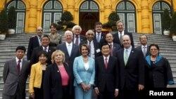 Bà Nancy Pelosi, thủ lãnh Đảng Dân chủ tại Hạ viện Mỹ (hàng đầu, giữa) và Chủ tịch nước Việt Nam (thứ ba từ phải sang) chụp hình với các đại diện và giới chức Hoa Kỳ sau cuộc họp tại Hà Nội, 31/3/2015.