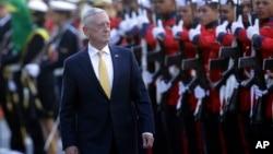 امریکی وزیر دفاع مائک میٹس کو برازیل کے دورے میں گارڈ آف آنرز پیش کیا جا رہا ہے۔ 13 اگست 2018