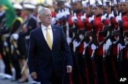 El secretario de Defensa de EE.UU., Jim Mattis, recibe honores militares antes de su reunión con el ministro de Defensa de Brasil en Brasilia, el 13 de agosto de 2018.