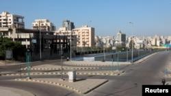 Jalan-jalan tampak sepi di tengah pemberlakuan jam malam untuk meredam penyebaran virus corona (COVID-19) di Beirut, Lebanon, 10 Januari 2021.