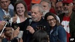 ish-Presidenti Luiz Inacio Lula da Silva duke folur për mbështetësit pas daljes nga burgu