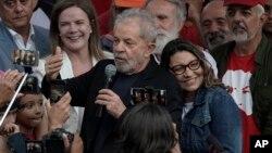 Mantan Presiden Brazil, Lula da Silva berbicara kepada pendukungnya setelah dibebaskan dari penjara Curitiba, Brazil, Jumat (8/11).