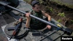 烏克蘭士兵在武器裝備車輛上巡邏東部地區。