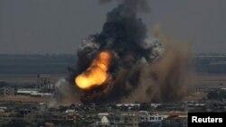 Khói lửa bốc lên ở Rafah, miền nam dải Gaza, ngày 8/7/2014.