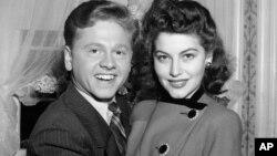 ميکی رونی، پرفروشترين ستاره مرد هاليوود، و اوا گاردنر (۱۹ ساله) ستاره نوخاسته، پس از ازدواج در ایالت کاليفرنيا -- ۱۵ دی ۱۳۲۰