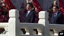 2012年10月1日习近平和李克强(右)参加国庆典礼走过人民英雄纪念碑