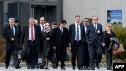 Negosiator utama kelompok Suriah Hadi al-Bahra (kedua dari kanan) dan Sekretaris Jenderal Dewan Nasional Suriah Badr Jamous (empat dari kanan) diba dengan delegasi oposisi pada pembicaraan perdamaian Suriah di Jenewa (25/1). (AFP/Philippe Desmazes)