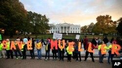 """Para pengunjuk rasa di depan Gedung Putih di Washington sebagai bagian kampanye """"Lindungi Mueller,"""" 8 November 2018."""