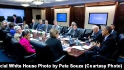 지난달 26일 바락 오바마 미국 대통령(오른쪽)이 백악관 상황실에서 지카 바이러스 관련 회의를 하고 있다. (자료사진)