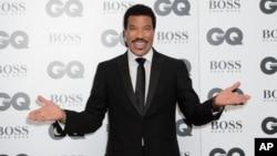 Lionel Richie berpose untuk fotografer di acara Penghargaan GQ Men of the Year 2015 di London, 8 September 2015.