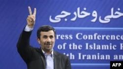 Mahmud Əhmədinejad FİFA rəsmilərini diktator adlandırıb