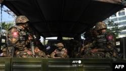 ရန္ကုန္ျမိဳ့တြင္းလွည္လည္ေနတဲ့ စစ္ကားတစီး (ဓာတ္ပံု - AFP)