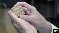 Профессор Чикагского университета Роберт Биггс держит глиняную табличку с текстом на аккадском языке. Чикаго. 28 мая 2011 года