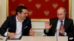 Presiden Rusia Vladimir Putin (kanan) menerima PM Yunani Alexis Tsipras di Moskow, Rusia (foto: dok).