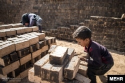 جنوبی ایشیا کے ملکوں میں اینٹوں کے بھٹوں پر مزور بچے کام کرتے دکھائی دیتے ہیں۔