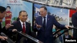 Tỷ phú Phạm Nhật Vượng (trái) - đã có tên trên danh sách tỷ phú thế giới của Forbes trong 5 năm qua - từng gặp mặt thủ tướng New Zealand tại VinPearLand là khu giải trí do ông sở hữu.