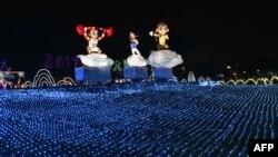 台北市一家公园内的元宵节灯会前夕的猴灯。(2016年2月21日)