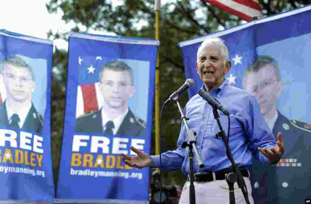 Daniel Ellsberg, người tiết lộ tài liệu mật của Ngũ Giác Đài, lên tiếng ủng hộ Manning bên ngoài Trại Meade, tiểu bang Maryland.