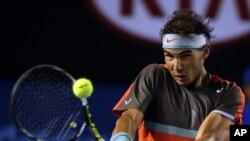 L'Espagne Rafael Nadal renvoie la balle à Gaël Monfils de la France lors de leur troisième match au premier tour du tournoi de tennis Open d'Australie à Melbourne, en Australie, le samedi 18 janvier, 2014. (AP Photo / Aaron Favila)