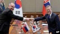 문재인 한국 대통령(오른쪽)이 10일 청와대 본관 집현실에서 안드레이 키스카 슬로바키아 대통령과 악수하고 있다.