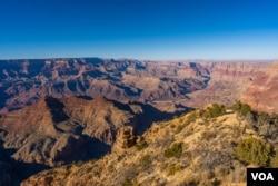 ພາບພູຫີນ Grand Canyon ໃນລັດອາຣີໂຊນາ ທີ່ຜູ້ຄົນທົ່ວໂລກມັກໄປທ່ຽວຊົມ (ພາບຖ່າຍໂດຍ Alex Bergan ຈາກ VOA ພະແນກພາສາຣັດເຊຍ)