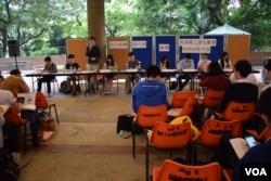 4間大學的退聯行動組及關注組,首次與學聯代表舉行聯合論壇。(美國之音湯惠芸攝)