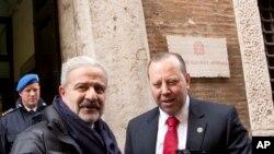 Reggio Calabria, commissaire de police, à gauche, avec un membre du FBI se félicitent après une opération anti-mafia, à Rome, Italie, le 11 février 2014.