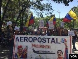 Empleados de la aerolínea estatal venezolana Aeropostal marchan en apoyo al presidente Nicolás Maduro el lunes 6 de agosto de 2018, en Caracas, Venezuela. Foto: Álvaro Algarra, VOA.