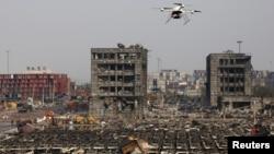 天津滨海新区发生大爆炸后,一架武警无人机在爆炸现场上空盘旋。