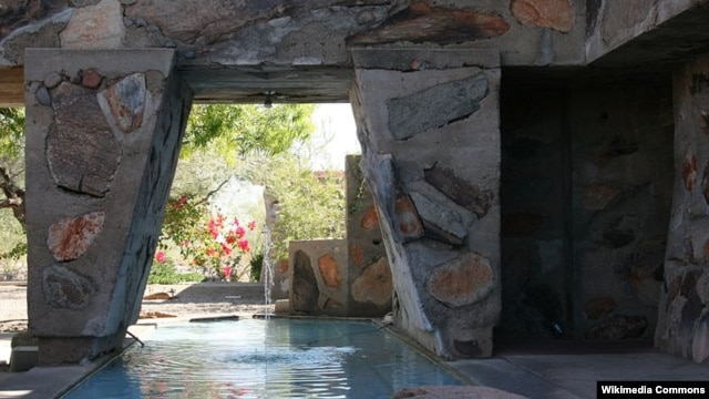 Hồ bơi và đài phun nước tại Taliesin West ở Arizona.