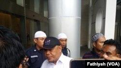 Penasihat Presidium Alumni 212 sekaligus pengacara Aliansi Tolak Kezaliman Facebook Eggi Sudjana sedang memberikan keterangan di kantor Facebook Indonesia. (Foto: VOA/Fathiyah)