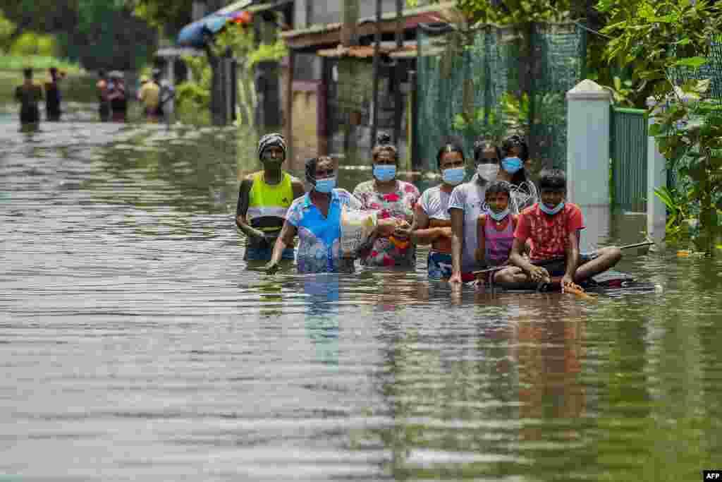 Ljudi se probijaju kroz poplavu nakon jakih monsunskih kiša u Kelaniji, na periferiji Kolomba, Šri Lanka. 6. juni, 2021. ( Foto: Išara S. Kodikara / AFP )