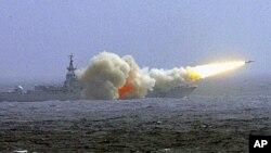 Tàu Khu trục của Trung Quốc bắn tên lửa trong một cuộc tập trận ở Biển Ðông.