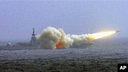 中国南海舰队驱逐舰发射导弹(资料)