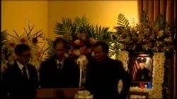 2015-01-04 美國之音視頻新聞: 殉職紐約華裔警探的父親在喪禮上感謝各界慰問