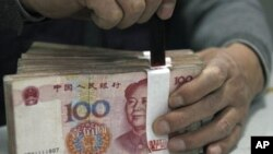 图为中国某地工商银行雇员整理人民币资料图